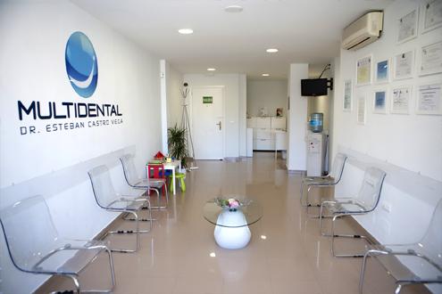 Sala de espera clínica dental Multidental en Málaga